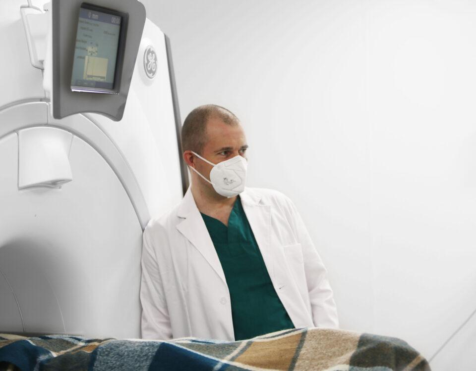 Пациент с тремором в МРТ на лечении МРФУЗ